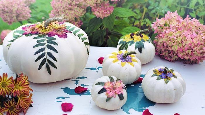 Bemalte Kürbisse mit Blumen